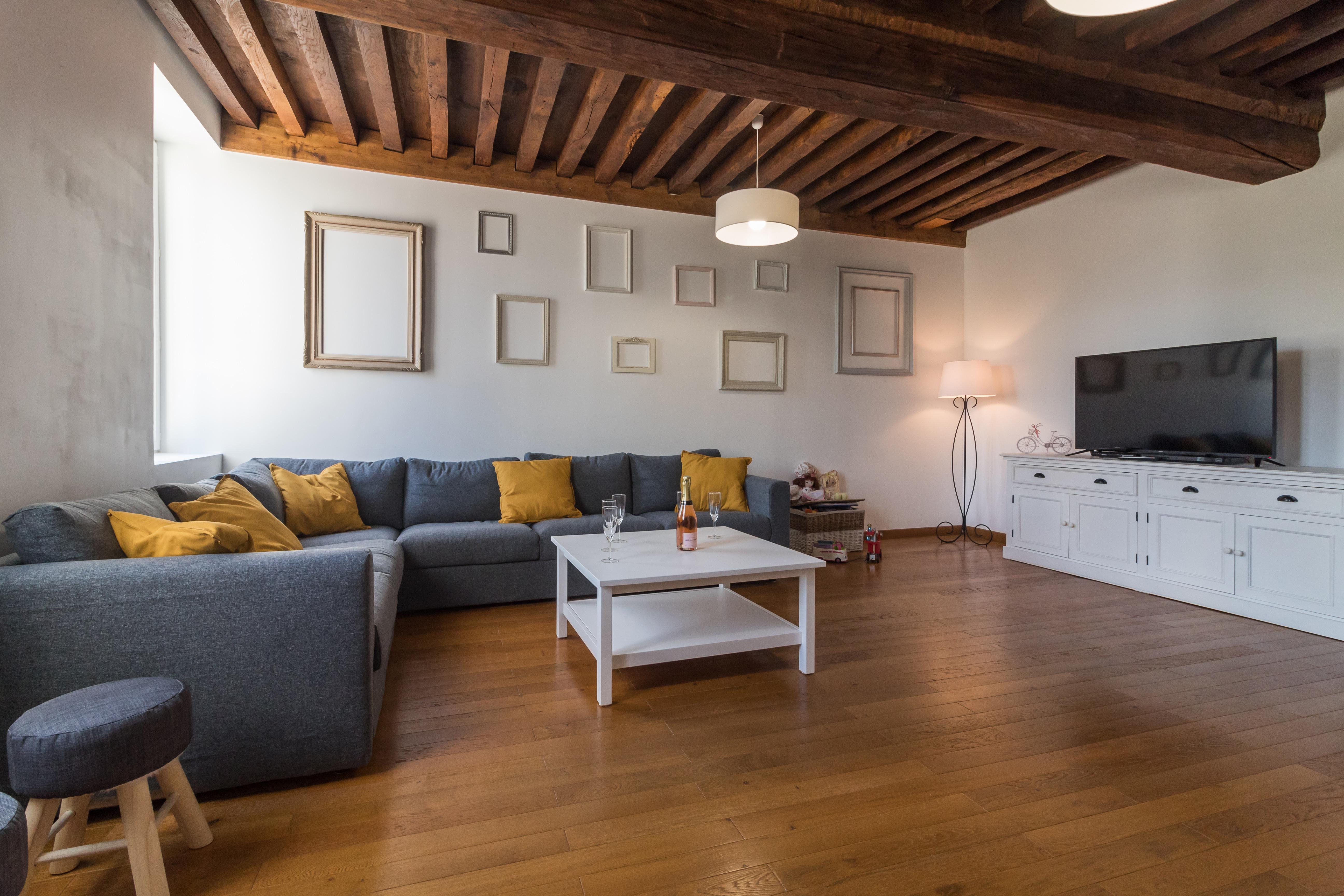 Un salon spacieux, lumineux avec du charme.
