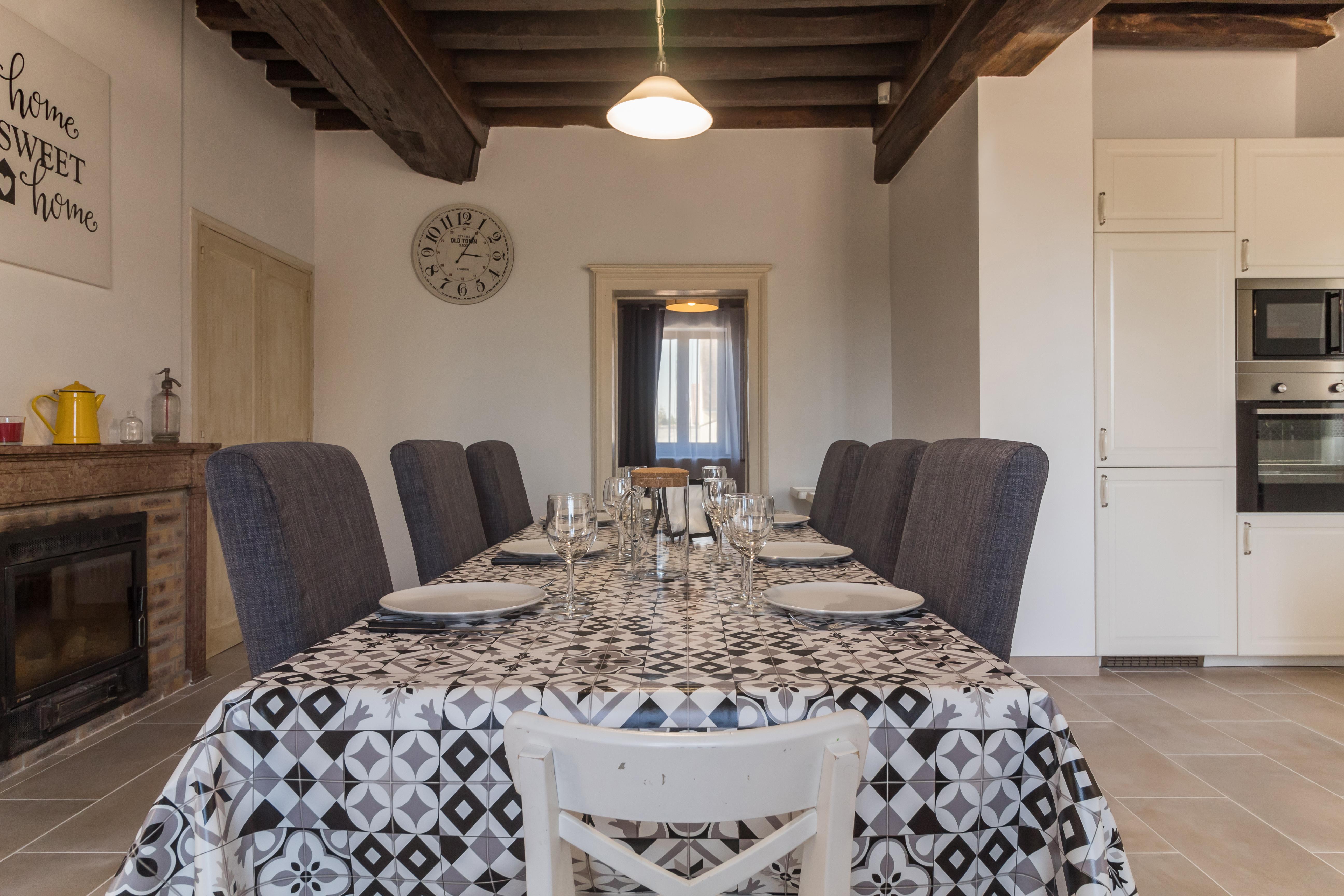 une cuisine et une salle à manger avec un feu de cheminée