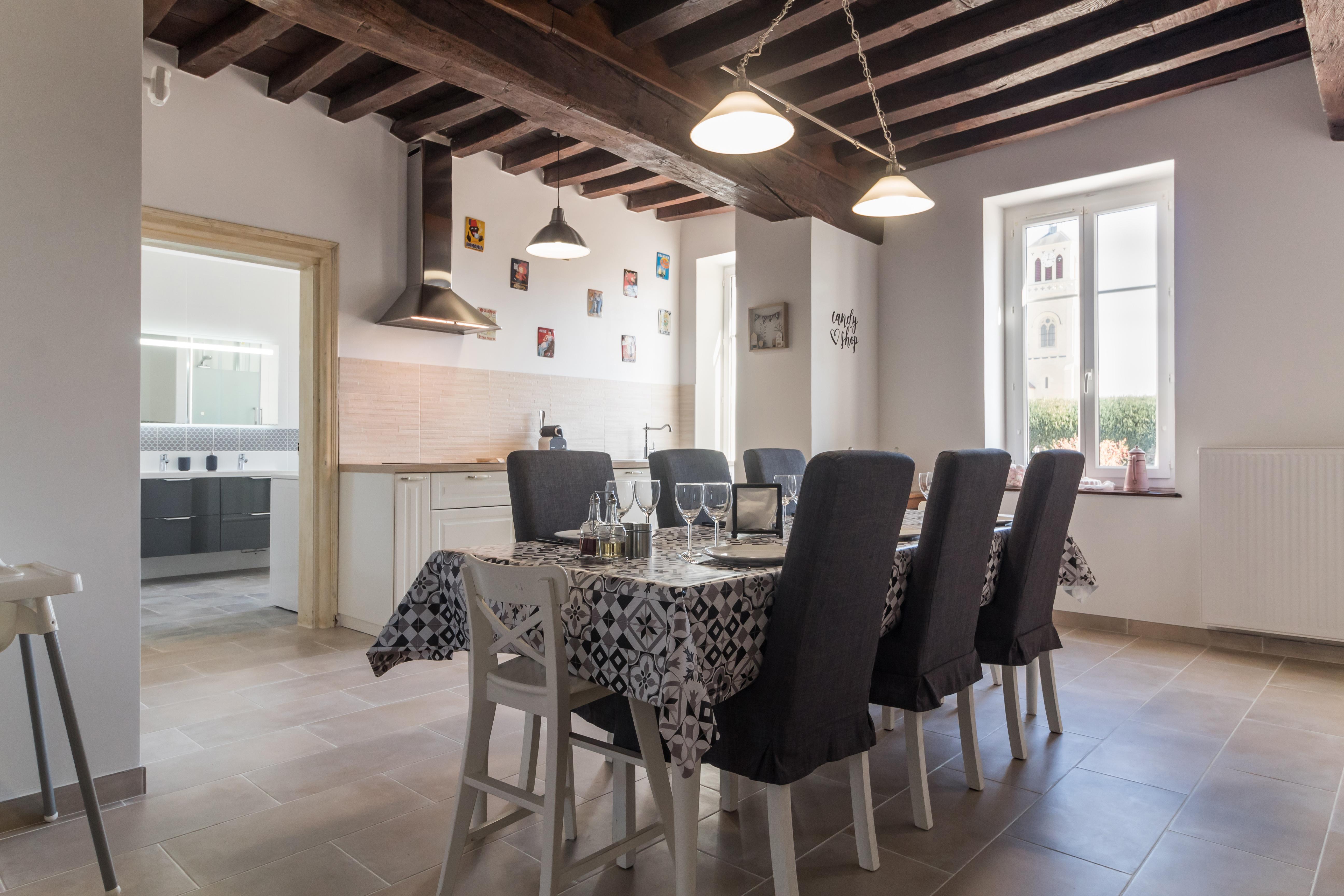 Une salle à manger dans la cuisine équipée pour les jeunes enfants